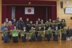 関川小学校でしめ縄づくり